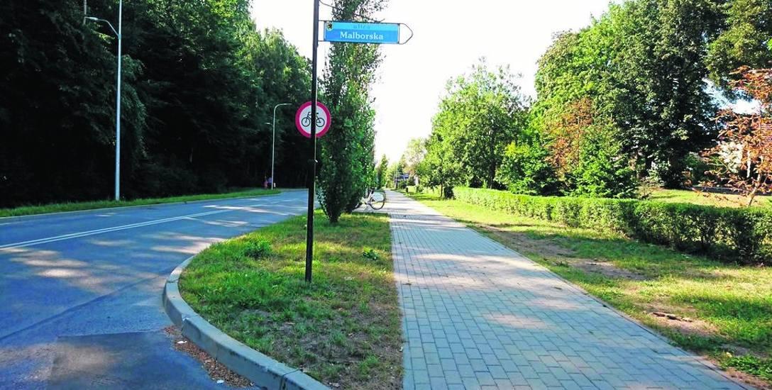 Tyle mniej więcej - z naciskiem na mniej - widzi kierowca samochodu wyjeżdżając z ulicy Malborskiej w Kościuszki. Widok na lewo jest równie ogranicz