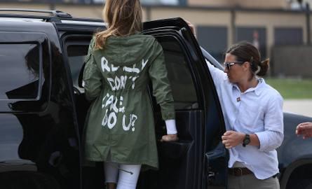 """Napis na płaszczu Melanii Trump: """"I really don't care, do u?"""" (""""Naprawdę mnie to nie obchodzi, a ciebie?"""")"""