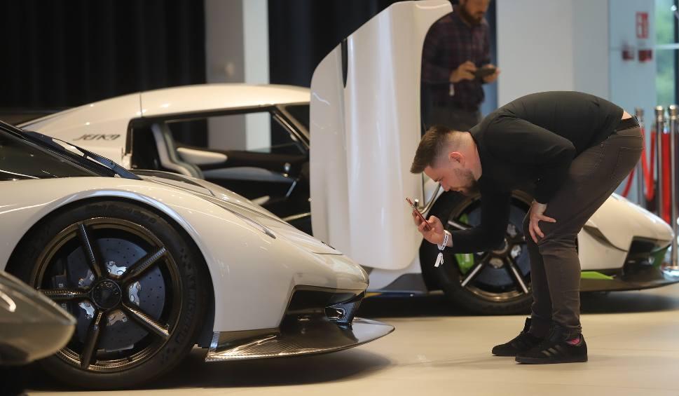 Film do artykułu: Koenigsegg już w Polsce. W Katowicach zaprezentowano szybkie i piekielnie drogie auta. Kosztują ponad 6 mln zł