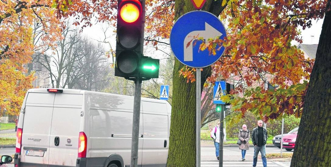 Zielona strzałka warunkowego skrętu na Obwodnicę Staromiejską świeci się równocześnie z zielonym światłem dla pieszych, co powoduje zmniejszenie przepustowości