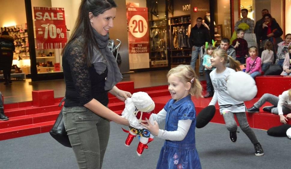 Film do artykułu: Cały świat w Galerii Echo w Kielcach. Licytowano lalki dla dzieci w Afryce