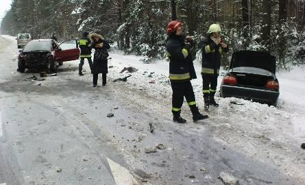 Czołowe zderzenie toyoty z peugeotem. Dwie kobiety odwieziono do szpitala (zdjęcia)