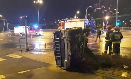 Osobowy ford zderzył się z jeepem. W wyniku wypadku samochód terenowy przewrócił się na bok