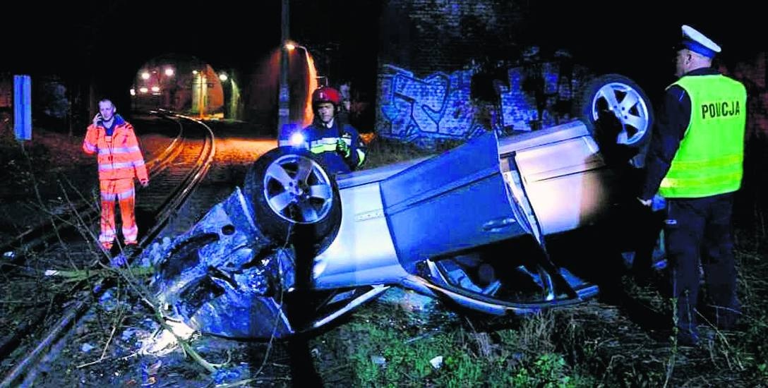 Oglądając wrak mercedesa aż trudno uwierzyć, że w czasie zdarzenia nikomu nic się nie stało. Auto stoczyło się kilka metrów w dół, przebijając wcześniej
