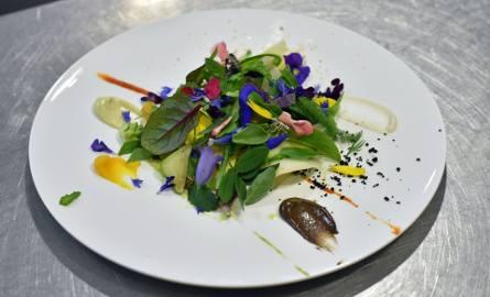 """Jedno z dań z restauracji """"Le Suquet"""" w Laguiole na południu Francji. Jest ona szczęśliwą posiadaczką trzech gwiazdek Michelina"""