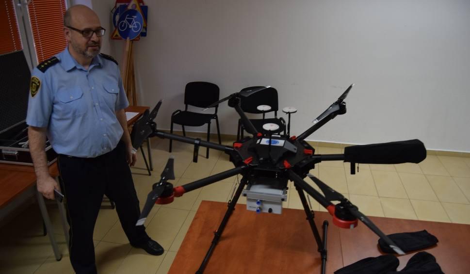 Film do artykułu: Nadlatuje dron do sprawadzania dymów z kominów [zdjęcia]