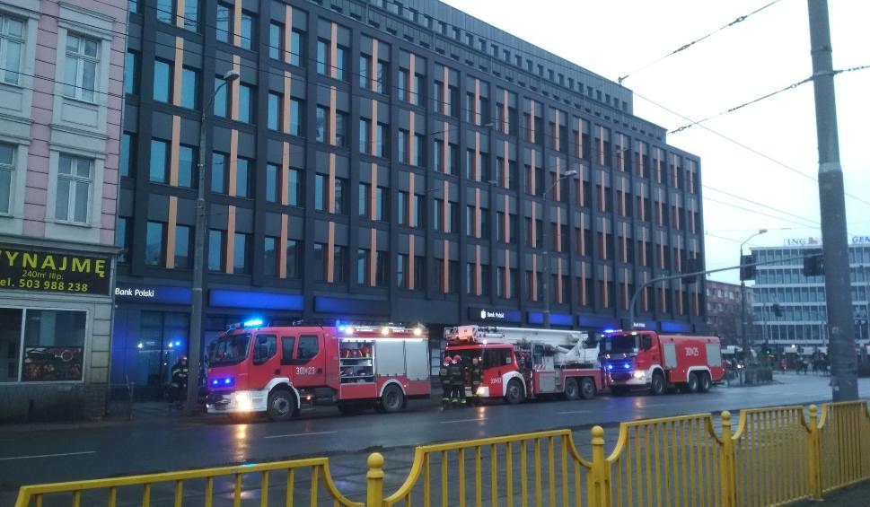 Film do artykułu: Strażacy ugasili niewielki pożar w budynku poczty przy al. Niepodległości