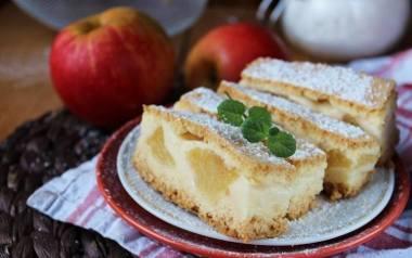 Szarlotka z budyniem. To ciasto z jabłkami i pyszną masą budyniową zachwyci każdego!