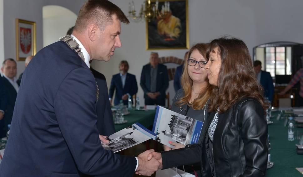 Film do artykułu: Pracownice socjalne w Sandomierzu uratowały życie kobiecie. Na uroczystej sesji podziękowały im władze miasta