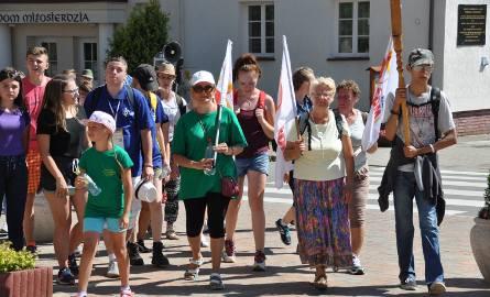 Grupa z Szydłowca, Szydłówka, Jastrzębia i Wierzbicy dociera właśnie do Bazyliki Mniejszej Ostra Brama w Skarżysku-Kamiennej.