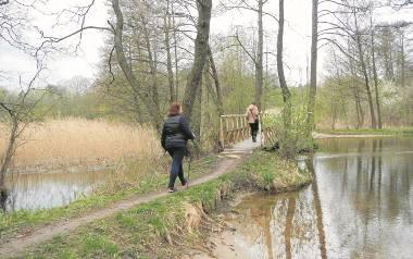 Przez przesmyk między jeziorami Długim a Tobolno Małe przerzucony jest mostek. Przesmykiem płynie niewielka Krówka.