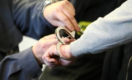 Policjantom uciekł mężczyzna zakuty w kajdanki