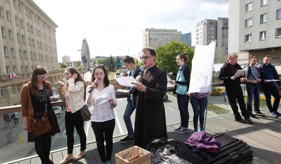 Film do artykułu: Odmówili litanię loretańską na okrągłej kładce i zapraszali na Festiwal Wiary