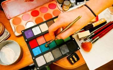 Dlaczego młode kobiety tak chętnie się malują?