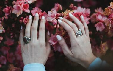 Paznokcie na jesień to nie tylko ciemne kolory, choć te często królują w jesiennym manicure. Szukasz pomysłu na kolory i wzory na paznokcie? Jesień 2019