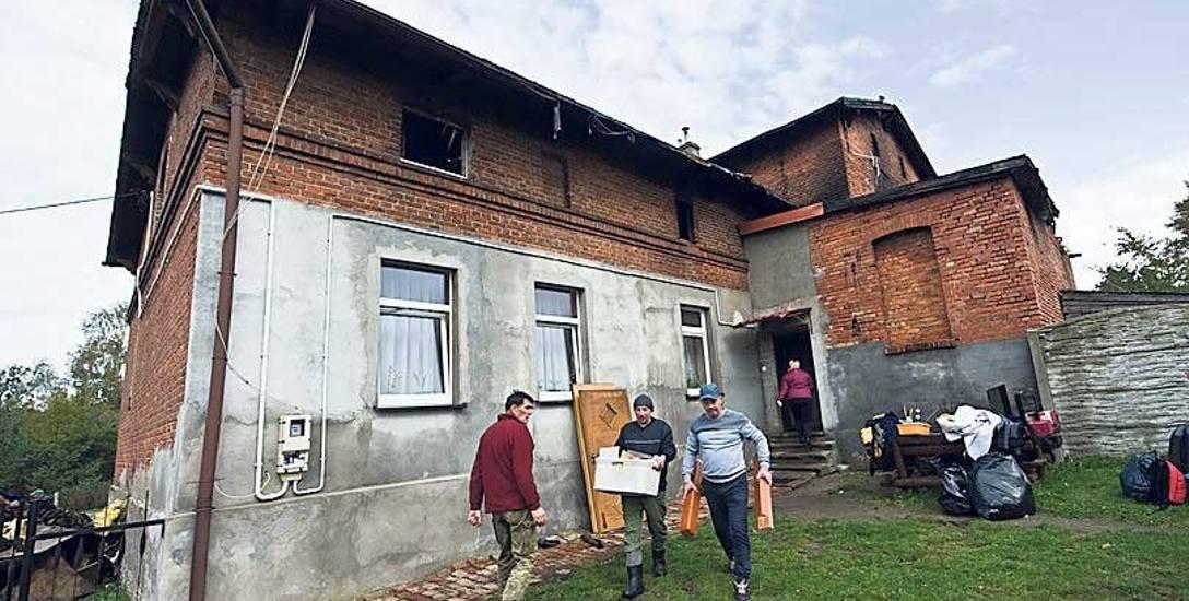 W piątek od rana mieszkańcy wynosili z budynku rzeczy, które nie strawił ogień. To m.in. sprzęt elektroniczny, który niestety został zalany