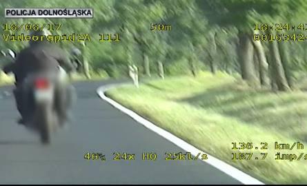 Motocyklista pędził przez miejscowość ponad 120 km/h