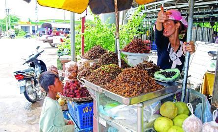 """Tzw. """"khmerskie chrupki"""", czyli prażone karaluchy przyprawione limonką, szczypiorkiem i chilli (usypane na tacach)"""