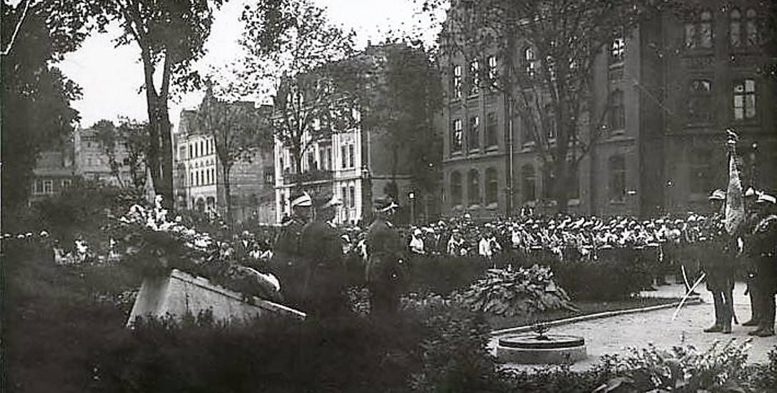 Ponowny pogrzeb nieznanego powstańca wielkopolskiego na skwerze przy ul. Bernardyńskiej w 1925 roku zgromadził w Bydgoszczy  tłumy.