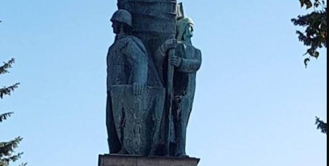 Pomnik upamiętniający żołnierzy Wojska Polskiego  przy żywieckiej alei Wolności odsłonięto w 1963 roku.