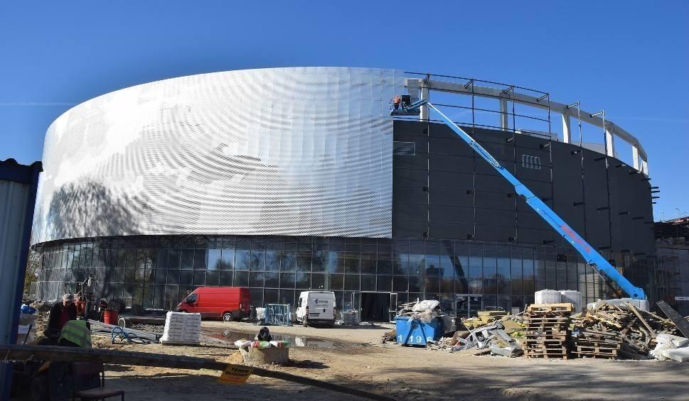 Film do artykułu: Jedna oferta w przetargu. Na budowę dróg wokół hali i stadionu w Radomiu brakuje ponad jeden milion złotych