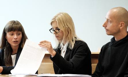 Obwinieni o zakłócenie targów myślistwa zostali (od lewej) Luiza Banach, Julia Forecka i Przemysław Kowański