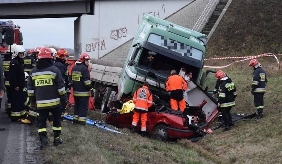 Film do artykułu: Nowe Skalmierzyce: Śmiertelny wypadek na obwodnicy. Samochód osobowy został zmiażdżony przez ciężarówkę [ZDJĘCIA]