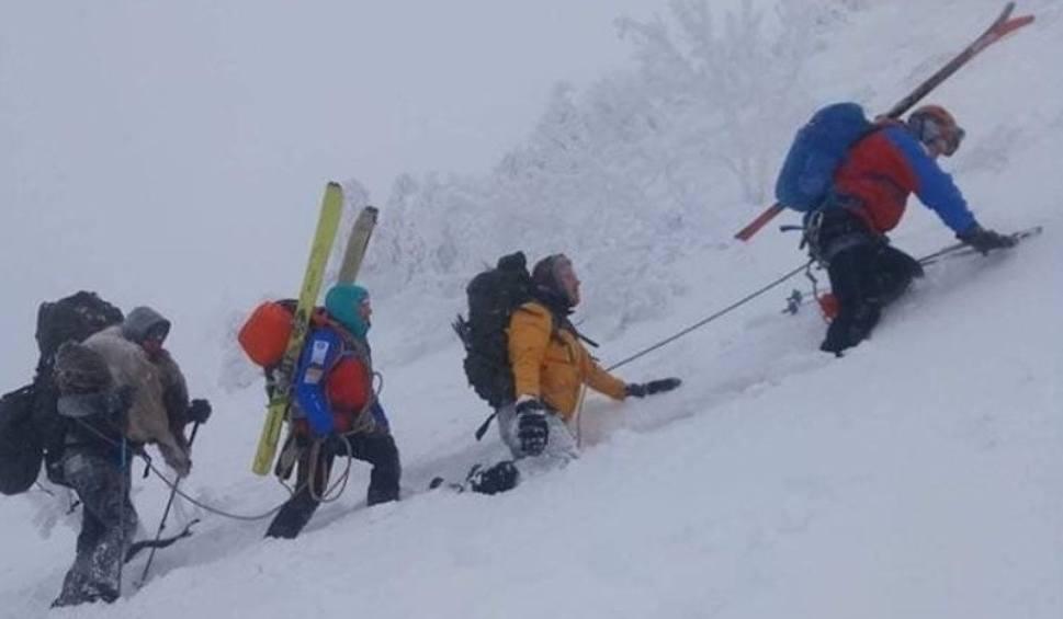 Film do artykułu: Dramatyczna akcja GOPR w rejonie Babiej Góry: turyści związani liną sprowadzeni do schroniska ZDJĘCIA