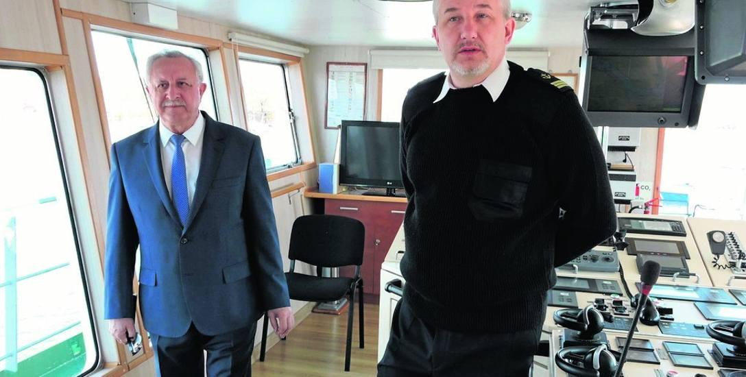 Jerzy Barczak, dyrektor Żeglugi Świnoujskiej (pierwszy z lewej) nie ukrywa radości ze zwiększenia środków na kursowanie promów Bielik