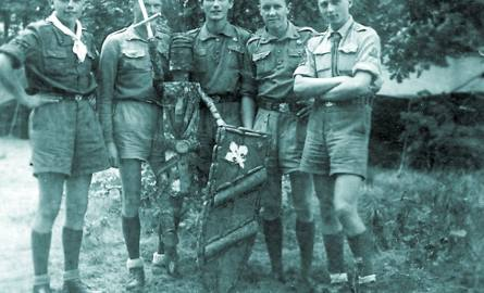 Harcerze z 5 BDH z drużynowym Szczepanem  Wierzbickim