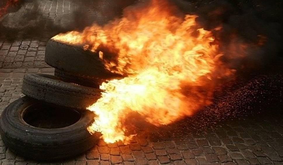 Film do artykułu: Region radomski. Palenie opon w sobótkową noc. Interweniowała straż pożarna