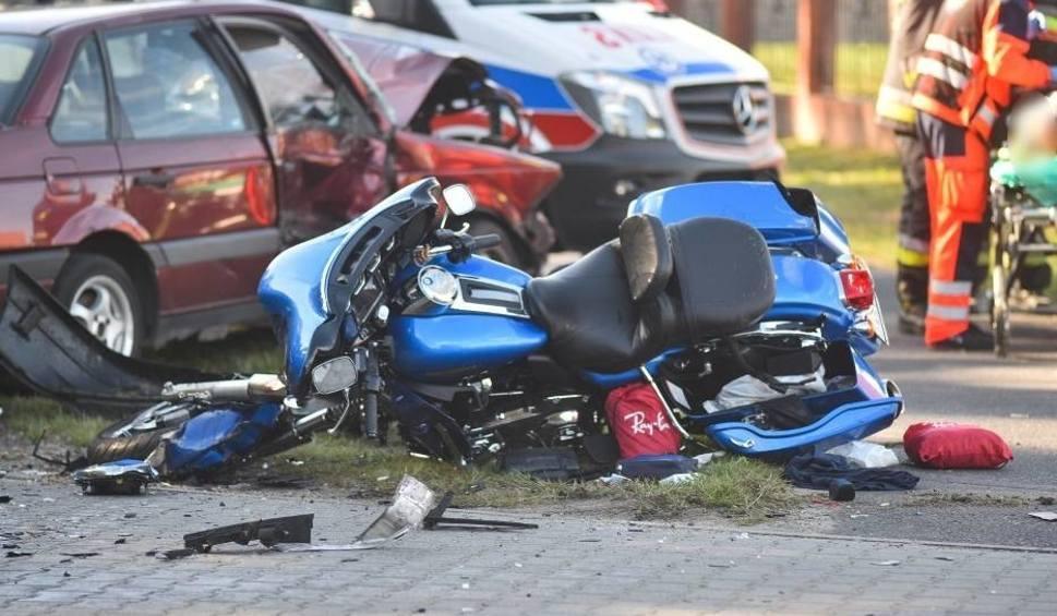 Film do artykułu: Wypadek w Lesznie. Passatem staranował dwóch motocyklistów. Ich stan jest ciężki [ZDJĘCIA]