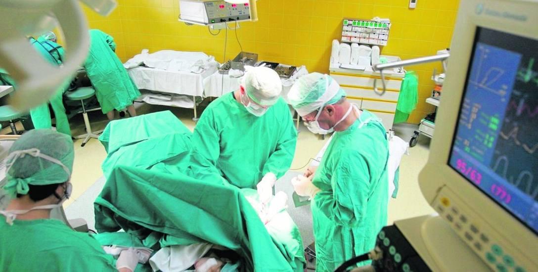 Lekarze w toruńskim szpitalu przeszczepiali skórę poparzonej Agatce w październiku 2017 roku