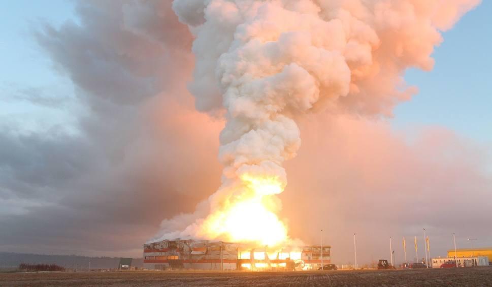 Film do artykułu: Potężny pożar fabryki PolMag w Olszowej. Płonie 47 ton magnezu