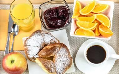 rogaliki drożdżowe, śniadanie, kawa, świeże owoce, sok pomarańczowy, konfitura