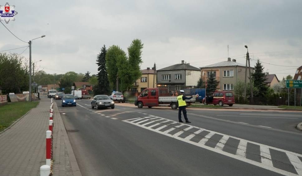 Film do artykułu: Nietypowa sytuacja w Parczewie: Ciężarówka zgubiła paliwo i na drodze zrobiła się ślizgawka