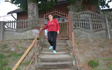 Pani Zofia za każdym razem, kiedy wychodzi i wchodzi po schodach, boi się, że się przewróci. Poręcze całkowicie się chwieją, a schody są rozwalone.