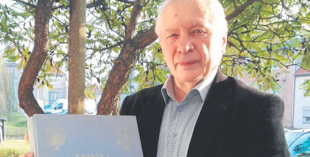 Zygmunt Muszyński z kroniką Towarzystwa Miłośników Lwowa