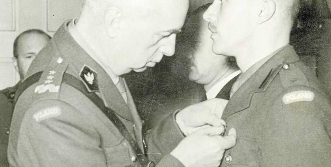 Naczelny wódz gen. Kazimierz Sosnkowski dekoruje Krzyżem Virtuti Militari przybyłego z kraju ppor. Jana Nowaka-Jeziorańskiego, Londyn, grudzień 1943