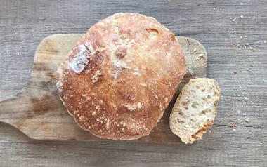 Domowy chleb pieczony w garnku.