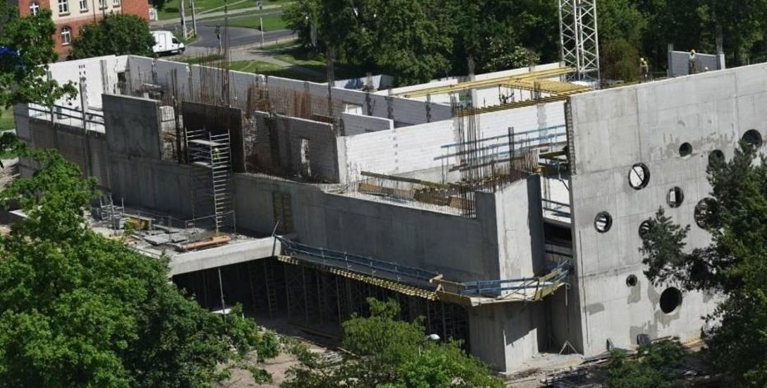 Basen przy ulicy Bażyńskich będzie większy, ale nieco później