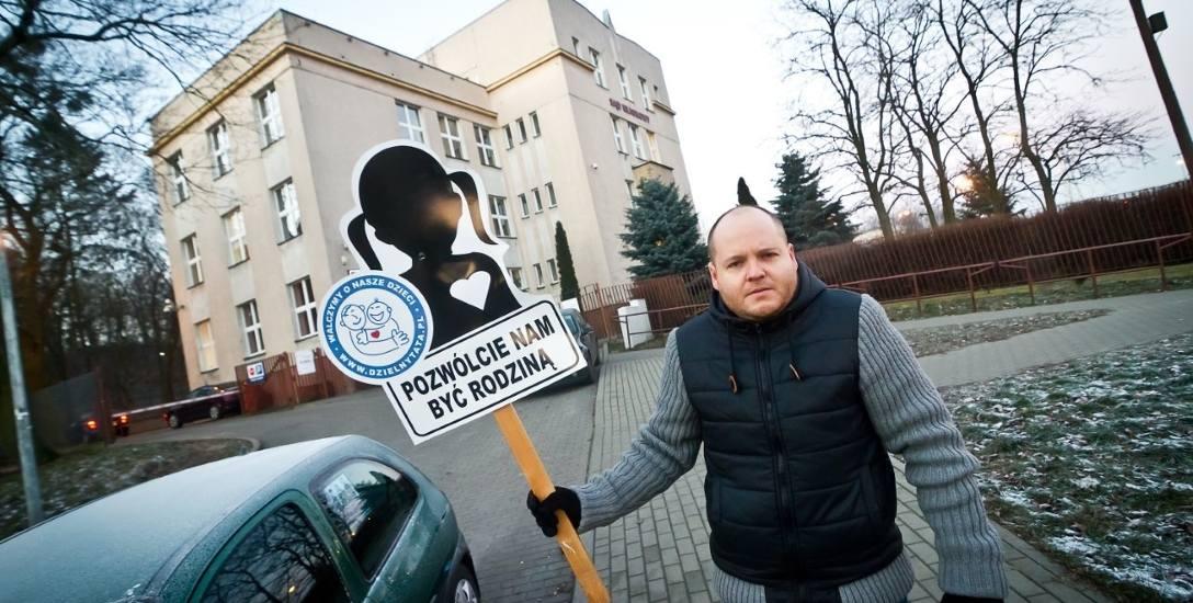 Łukasz Bryske z Bydgoszczy od lat walczy o to, by widywać się z córką. Pod koniec sierpnia prokuratura oskarżyła matkę dziecka o znęcanie się psychiczne