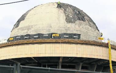 Ekipa Budimexu prowadzi prace na terenie Planetarium Śląskiego. Obecnie na jego kopule, trwa też wykop pod nowe pawilony