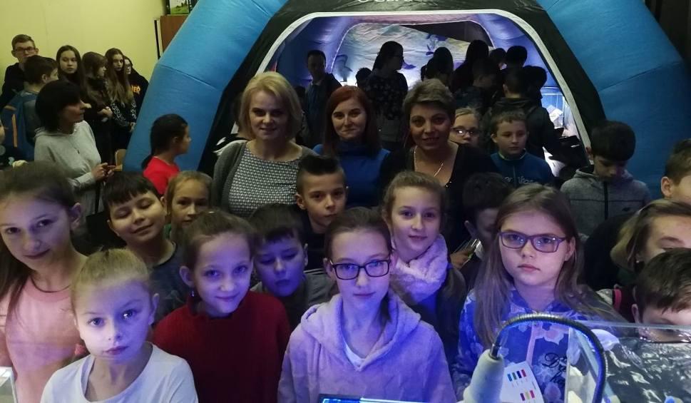 Film do artykułu: Oleszno na Nocy Biologów w Kielcach. Dzieci wykonywały ciekawe eksperymenty pod okiem naukowców