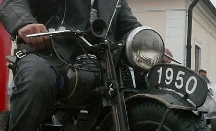 Grzegorz Mazur z Rybnika z dumą prezentował najstarszy motocykl, jaki uczestniczył w zlocie. SHL z 1950 roku.