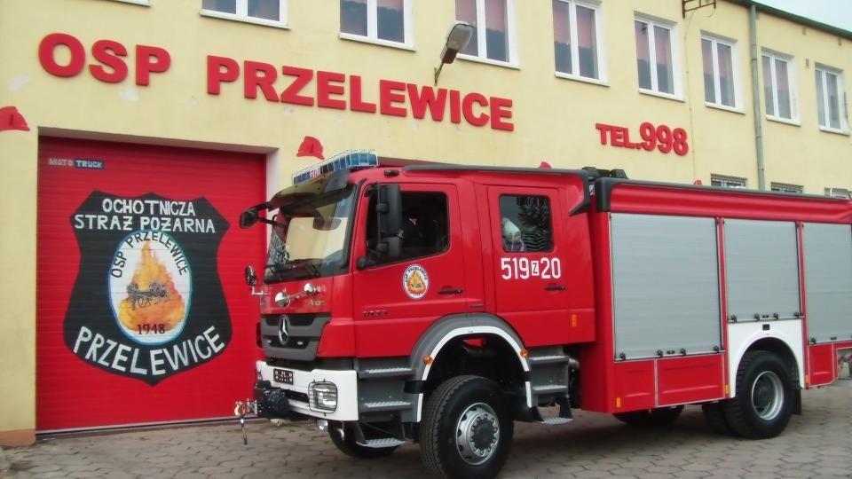 OSP Przelewice otrzymały super nowoczesny wóz bojowy marki mercedes. 180 tys. zł dała gmina, a pozostałe 520 tys. zł komenda główna straży pożarnej, Wojewódzki Fundusz Ochrony Środowiska i zarząd główny OSP.