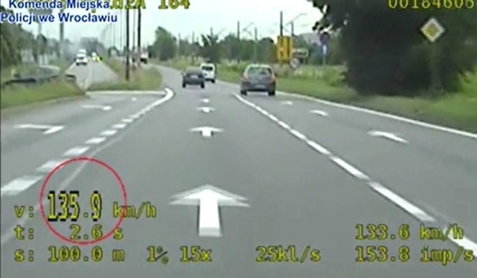 Film do artykułu: Aż o 86 km/h przekroczył prędkość. Wpadł, bo natrafił na nieoznakowany radiowóz grupy Speed [FILM]