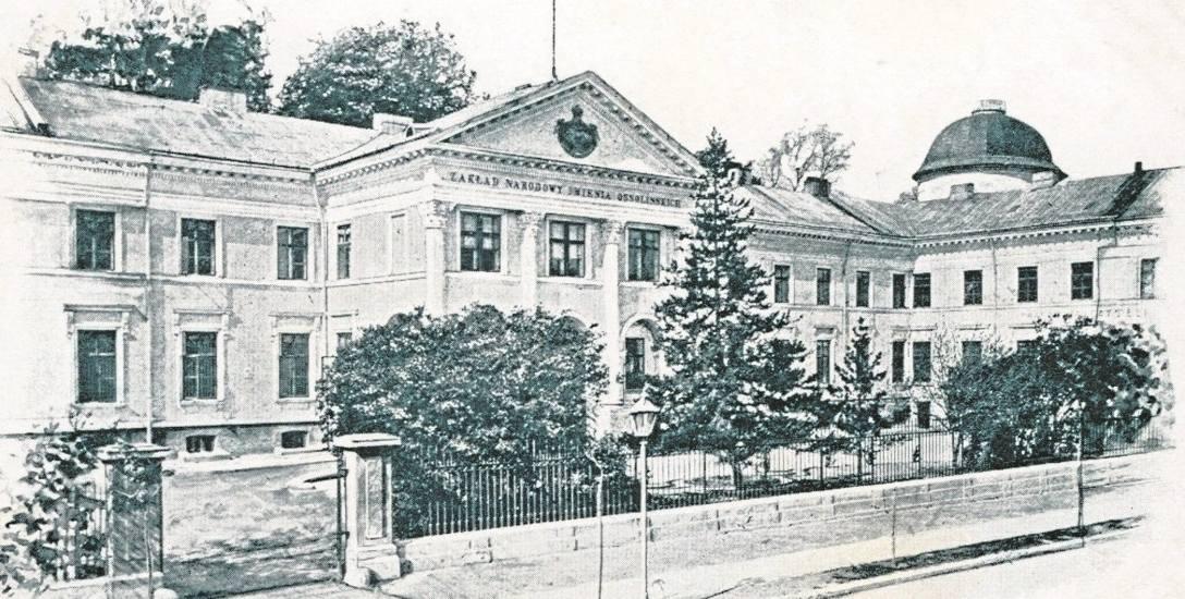 Gmach Zakładu Narodowego im. Ossolińskich we Lwowie na pocztówce z 1906 r.