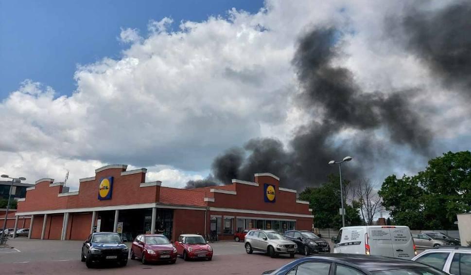 Film do artykułu: Pożar samochodu w Gdańsku Wrzeszczu 19.07.2021. Na miejscu straż pożarna. Zdjęcia