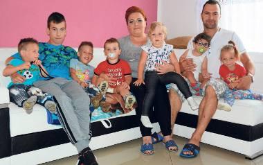 Rodzina zastępcza w komplecie. Zdzisław Hopa i jego małżonka Katarzyna panują nad sytuacją. Dzieci są zadbane, mają zapewnioną troskliwą opiekę i są
